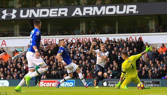 Kane trong bàn nâng tỉ số 2-0