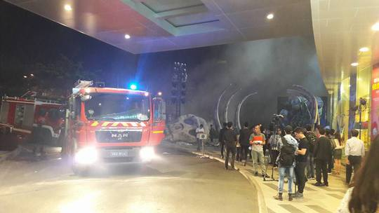 Lực lượng cứu hỏa tới hiện trường dập lửa