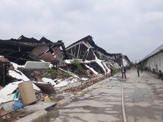 Khu nhà xưởng chứa sơn nước đổ sập sau vụ cháy nổ