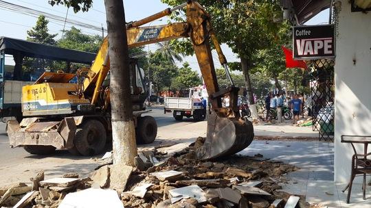 Lực lượng chức năng TP Biên Hòa (tỉnh Đồng Nai) ngày 10-3 dùng xe múc phá bỏ một số hạng mục công trình người dân xây lấn chiếm Ảnh: Xuân Hoàng