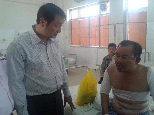 Đoàn công tác thăm hỏi nạn nhân tại bệnh viện - Ảnh: Thu Hoài