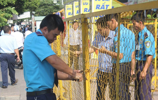 Đoàn liên ngành tháo dỡ hàng rào chắn bãi giữ xe của siêu thị điện máy.