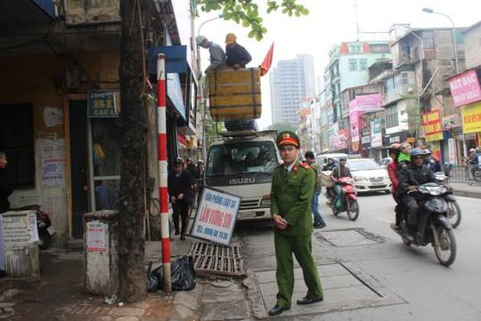 Tháo dỡ các biển quảng cáo vi phạm tại đường Tôn Đức Thắng (quận Đống Đa, Hà Nội)
