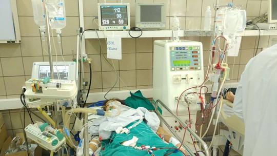 Bệnh nhân này đang trong tình trạng hôn mê, phải thở máy