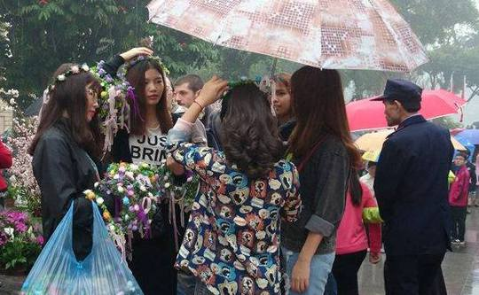 Những cô gái trẻ bán vương miện hoa đội đầu với giá 30.000 đồng/chiếc