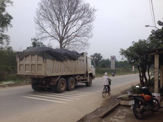 Thời gian gần đây, xe quá tải liên tục hoành hành trên Quốc lộ 12A đoạn qua huyện Tuyên Hóa (Quảng Bình)