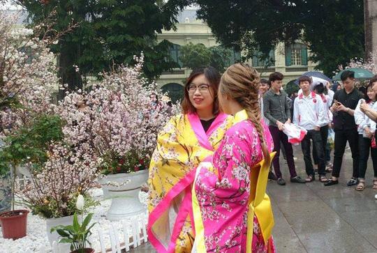 Những cô gái trẻ khoe sắc bên hoa anh đào