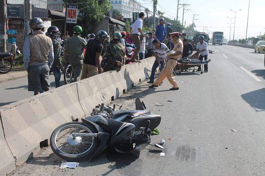 Hiện trường tai nạn cho thấy nạn nhân và xe máy nằm hẳn trong làn đường dành cho ô tô