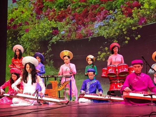 NSƯT Hải Phượng biểu diễn trên sân khấu Hý viện Shorecrest - Seattle - Mỹ cùng với NS Hồng Việt Hải và các học trò của Đoàn văn nghệ dân tộc Hướng Việt
