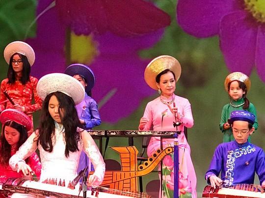 NSƯT - Tiến sĩ Hải Phượng biểu diễn trên sân khấu Hý viện Shorecrest - Seattle - Mỹ, cùng biểu diễn với các học trò của NS Hồng Việt Hải (Đoàn văn nghệ dân tộc Hướng Việt)