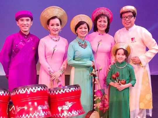 Chị em NSƯT Hải Phượng, Hải Yến hội ngộ cùng NS Kim Uyên, NS Hồng Việt Hải tại Seattle - Mỹ. Bức ảnh chụp chung với con gái của NS Hải Yến và người viết.