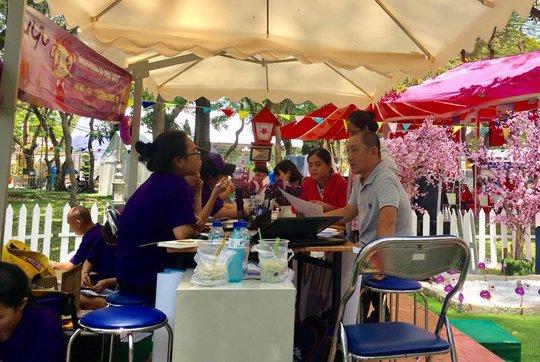 Nhân viên công ty du lịch đang tư vấn cho du khách mua tour tại Ngày hội Du lịch