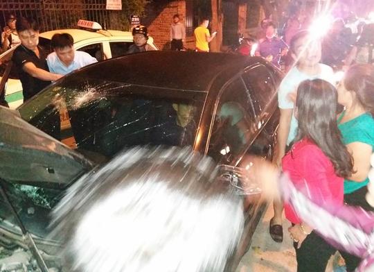 Sau khi tông đổ cây xanh trên vỉa hè, người đàn ông vẫn cố thủ trong xe