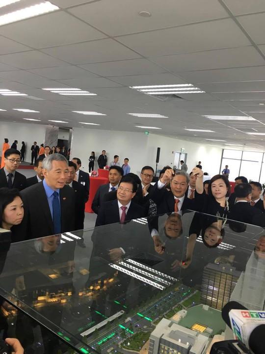 Thủ tướng Singapore Lý Hiển Long và Phó Thủ tướng Trịnh Đình Dũng tham quan mô hình tòa nhà Mapletree
