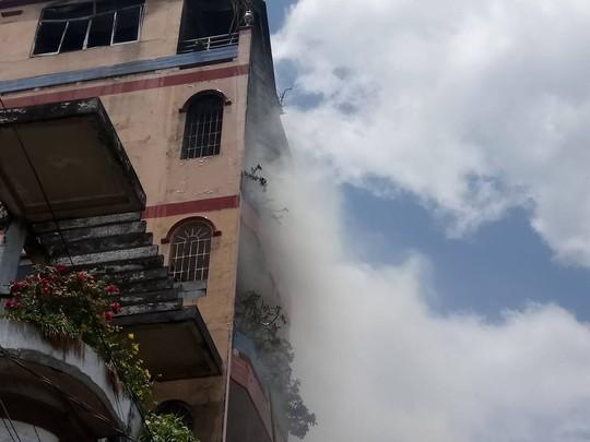 Hiện trường vụ cháy xưởng sản xuất đồ chơi tại ngôi nhà 5 tầng.