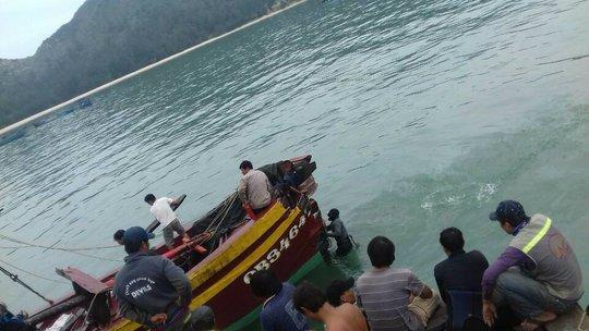 Các cơ quan chức năng đang tiến hành trục vớt tàu cá bị nạn