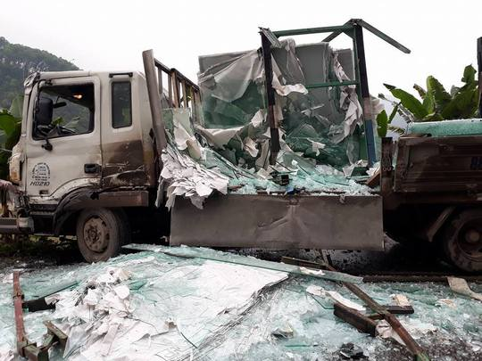 Hình ảnh kinh hãi của chiếc xe tải chở kính sau vụ tai nạn - Ảnh: Otofun