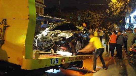 Lực lượng công an đưa xe điên gây tai nạn liên hoàn về cơ quan công an