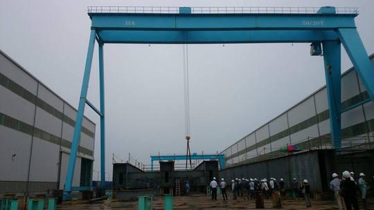 Khung cảnh nhà máy. Sau khi sản xuất, dầm cầu từ nhà máy sẽ được chuyển ra cảng và đưa đến công trình. Công ty đã xuất khẩu dầm cầu thép tới nhiều công trình trên thế giới