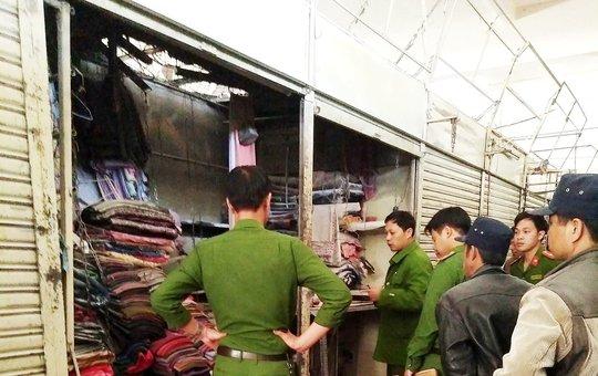 Lực lượng chức năng TP Đà Lạt có mặt kịp thời dập tắt đám cháy tại chợ Đà Lạt.