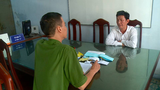 Công an làm việc với các đối tượng tổ chức trường gà để củng cố hồ sơ