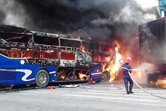 Hai chiếc xe bốc cháy dữ dội sau vụ tai nạn