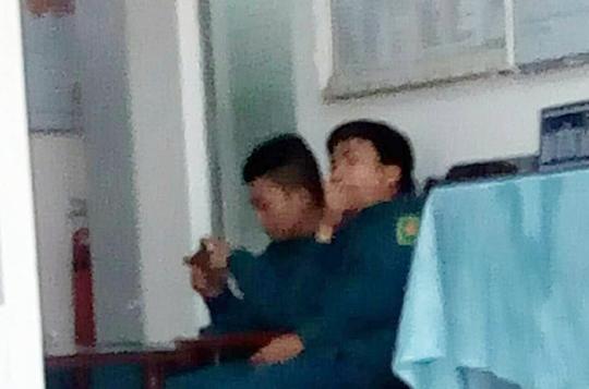 Trong quá trình làm việc, 2 phóng viên Thông tấn xã Việt Nam bị giám sát bởi 2 dân quân tự vệ.