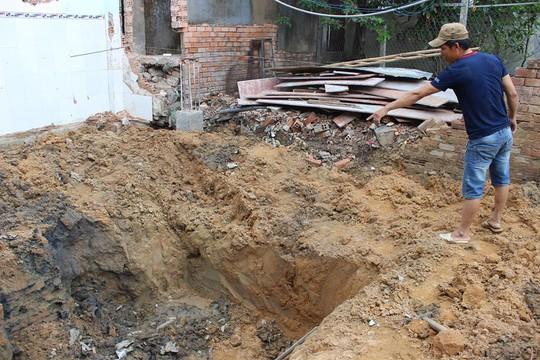 Nhóm thợ trong lúc đào hố làm móng sửa nhà cũ, xây nhà mới đã phát hiện kho đạn