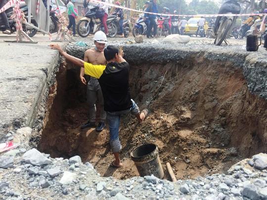 Hố tử thần rộng hơn 4 m xuất hiện ở mép đường Lê Văn Việt sau cơn mưa lớn