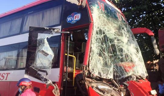 Chiếc xe hư hỏng nặng phần đầu sau va chạm