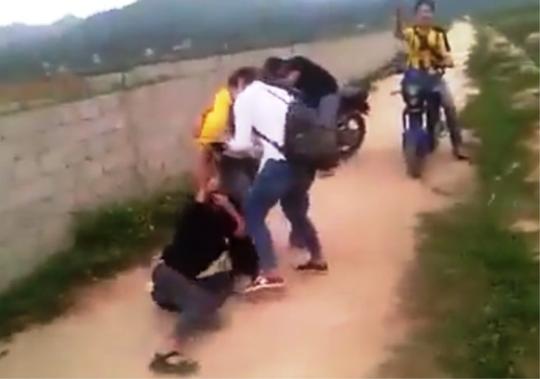 Hình ảnh 3 nữ sinh đánh nhau ở Thanh Hóa được tung lên mạng xã hội facebook - Ảnh cắt từ clip