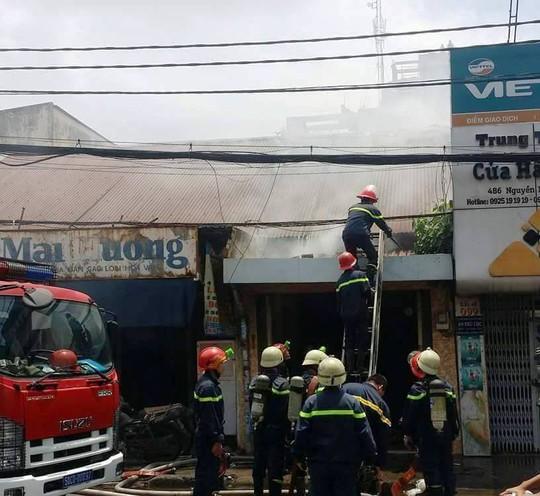 Lực lượng chức năng tiếp cận đám cháy để dập lửa