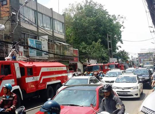 Cảnh kẹt xe trên đường Nguyễn Kiệm khi đám cháy xảy ra