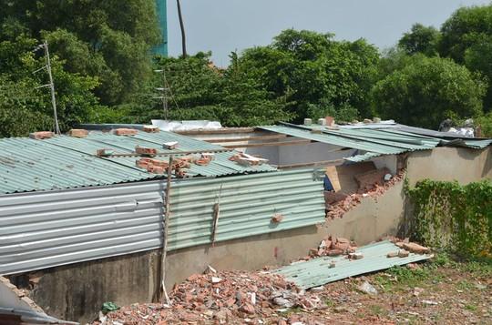 Một số bức tường được cho là lấn chiếm bị đập phá