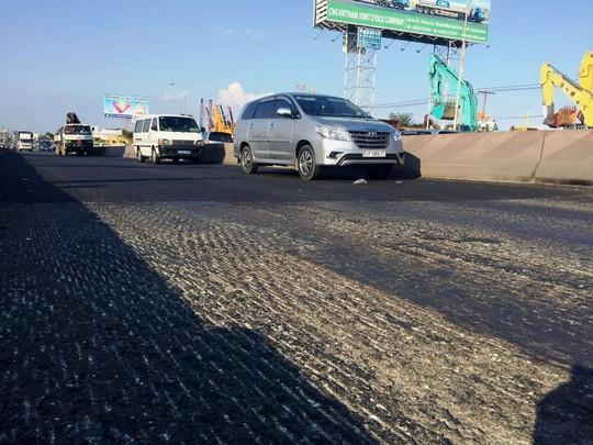 Đoạn mặt đường bị trồi lún hiện đã được cào phẳng trước khi thực hiện việc trải nhựa