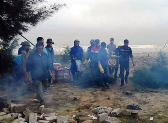 Người dân và chính quyền xã Quảng Thái đang tiến hành đưa nạn nhân xấu số đi chôn cất