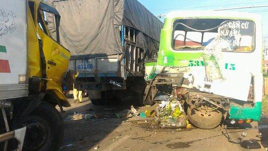 Các xe dính chùm vào nhau, hư hại nặng