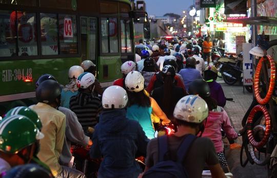 Khoảng 18 giờ, đường Nguyễn Oanh kẹt cứng tại các khu vực được rào lô cốt xây dựng cầu vượt thép tại ngã sáu Gò Vấp. Các tuyến đường Nguyễn Văn Nghi, Phạm Ngũ Lão, Quang Trung đều đông đúc xe cộ.