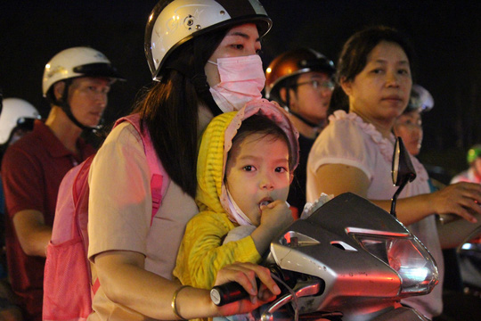Chị Nguyễn Gia Linh cho biết chị mất hơn 1 tiếng để đi từ vòng xoay Nguyễn Thái Sơn để về nhà cách đó 3 km. Ngày nào cũng kẹt xe như vậy! Cả ngày làm việc mệt mỏi, tối về vượt qua cửa ải này nữa là muốn phát điên - Chị Linh phàn nàn.