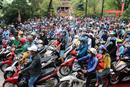 Cả ngàn người tập trung về Thảo Cầm Viên để thắp hương Giỗ Tổ và vui chơi, giải trí. Lượng khách đổ về quá đông gây ra tình trạng kẹt xe ngay khu vực cổng Thảo Cầm Viên.