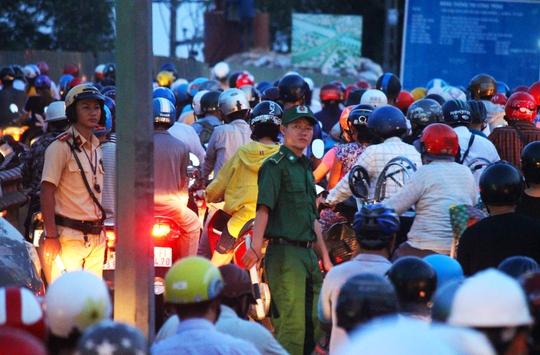 Lực lựng chức năng thường xuyên có mặt vào giờ cao điểm, căng mình điều tiết giao thông nhưng tình trạng kẹt xe vẫn kéo dài