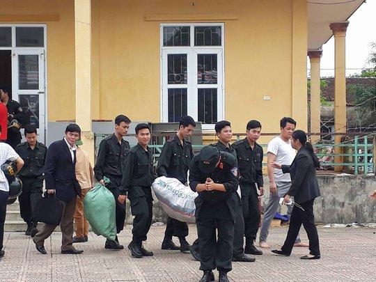Các cán bộ, chiến sĩ bị lưu giữ rời khỏi nhà văn hóa thôn Hoành