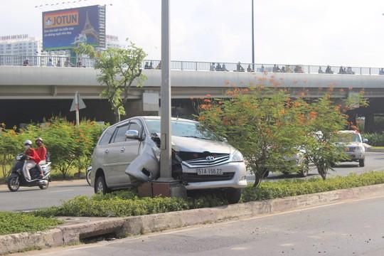 Chiếc ô tô 7 chỗ leo dải phân cách rồi tông vào trụ đèn