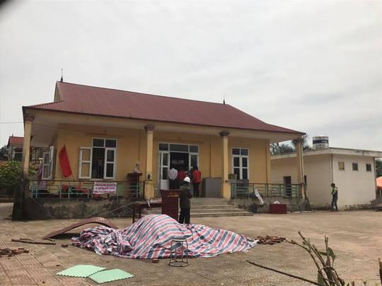 Nhà văn hóa thôn Hoành, nơi đang lưu giữ 19 người thuộc lực lượng chức năng