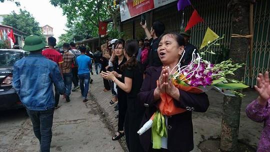 Người dân vỗ tay chào đón Chủ tịch UBND TP Hà Nội Nguyễn Đức Chung và đoàn công tác