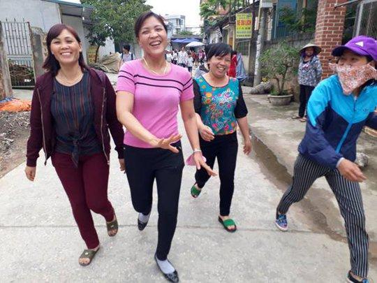 Những người dân Đồng Tâm nở vụ cười tin tưởng sau đối thoại với Chủ tịch UBND TP Hà Nội Nguyễn Đức Chung và bàn giao toàn bộ những người bị lưu giữ