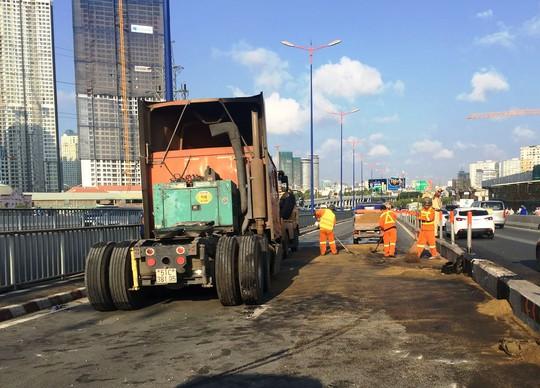 Việc xử lý hiện trường chiếc xe đầu kéo gặp nạn trên cầu Sài Gòn tốn nhiều thời gian