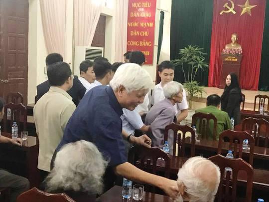 Đại biểu Quốc hội Dương Trung Quốc cũng có mặt dự buổi đối thoại tại hội trường UBND xã Đồng Tâm