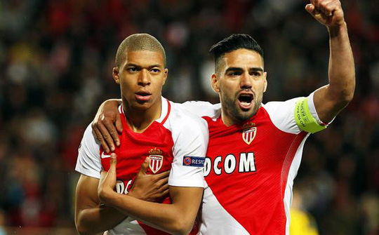 Mbappe (trái) sau pha phá lưới Dortmund ở tứ kết. Anh đã có 5 bàn trong 4 trận ở giai đoạn đấu loại trực tiếp Champions League
