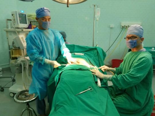 """Giả mổ cấp cứu đưa người vào bệnh viện phẫu thuật thẩm mỹ """"chui"""" - Ảnh 1."""
